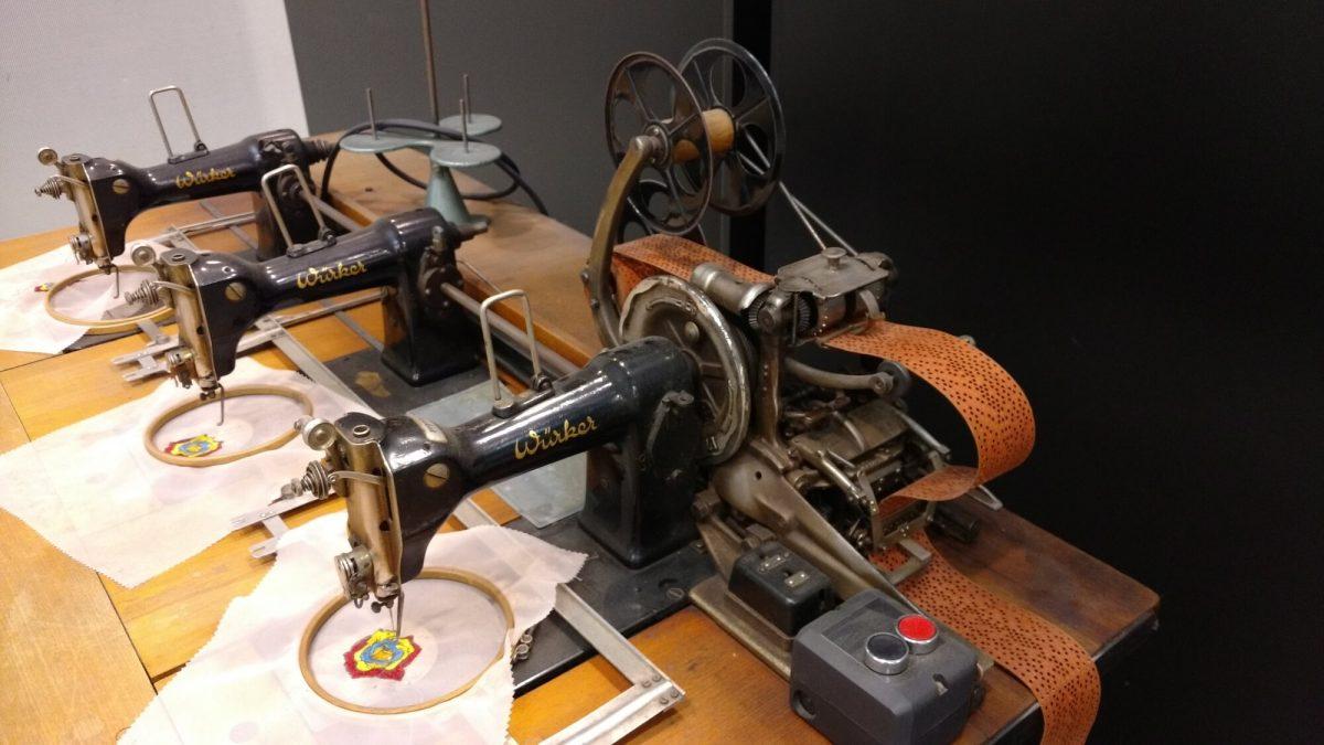 Dreikopfstickmaschine aus Nähmaschinen
